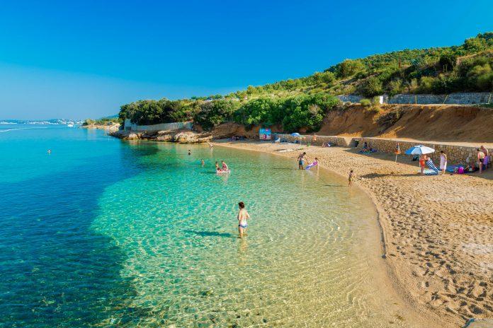 Die Badebucht Pudarica im Süden von Rab kann als eine der wenigen Buchten Kroatiens mit einem langgezogenen Sandstrand aufwarten - © Isaac74 / Shutterstock