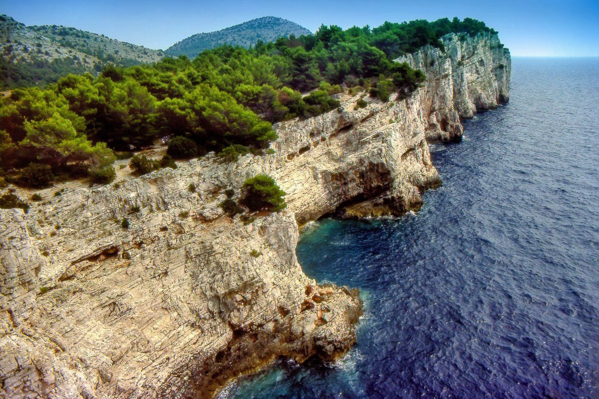 """Die charakteristischen, """"Kronen"""" genannten Steilküsten im Kornaten Nationalpark erreichen eine Höhe von bis zu 82 Metern, Kroatien - © Vladislav Gajic / Shutterstock"""
