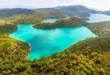 Die dichten Wälder im Nationalpark Mljet auf der gleichnamigen Insel vor Kroatien verbergen so manche landschaftliche und historische Sehenswürdigkeit - © OPIS Zagreb / Shutterstock