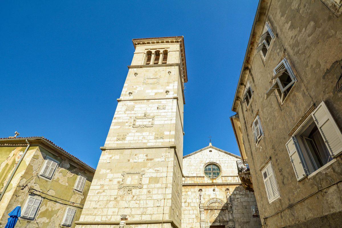 Die dreischiffige Marienkirche von Cres Stadt, Kroatien, stammt aus dem Jahr 1554 und beherbergt eine wertvolle spätgotische Marienstatue - © ah_fotobox / Shutterstock