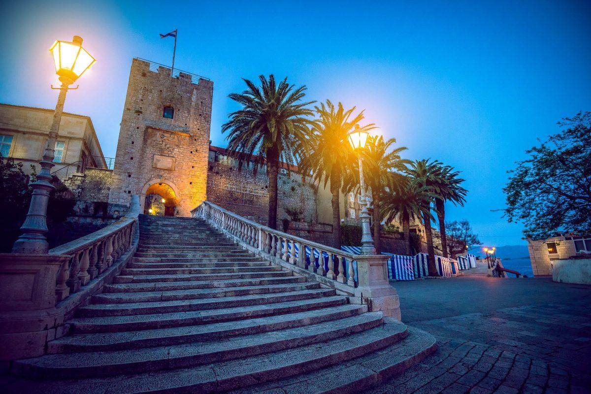 Die eindrucksvollen Stadtmauer prägt mit ihren wuchtigen Wehrtürmen den Charakter der Altstadt von Korcula, Kroatien - © Ajan Alen / Shutterstock