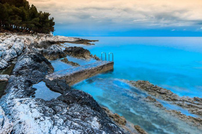 Die felsige Küste rund um Nerezine auf der Insel Lošinj, Kroatien, sorgt für unvergessliche romantische Momente - © Xseon / Shutterstock