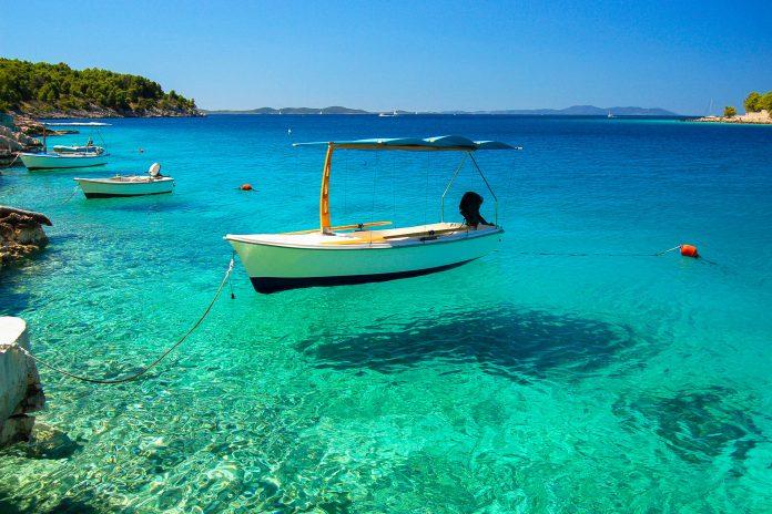 Die gemütliche Ortschaft Milna beherbergt den größten Jachthafen von Brac und lockt mit Geruhsamkeit und guter Küche, Kroatien - © Darios / Shutterstock