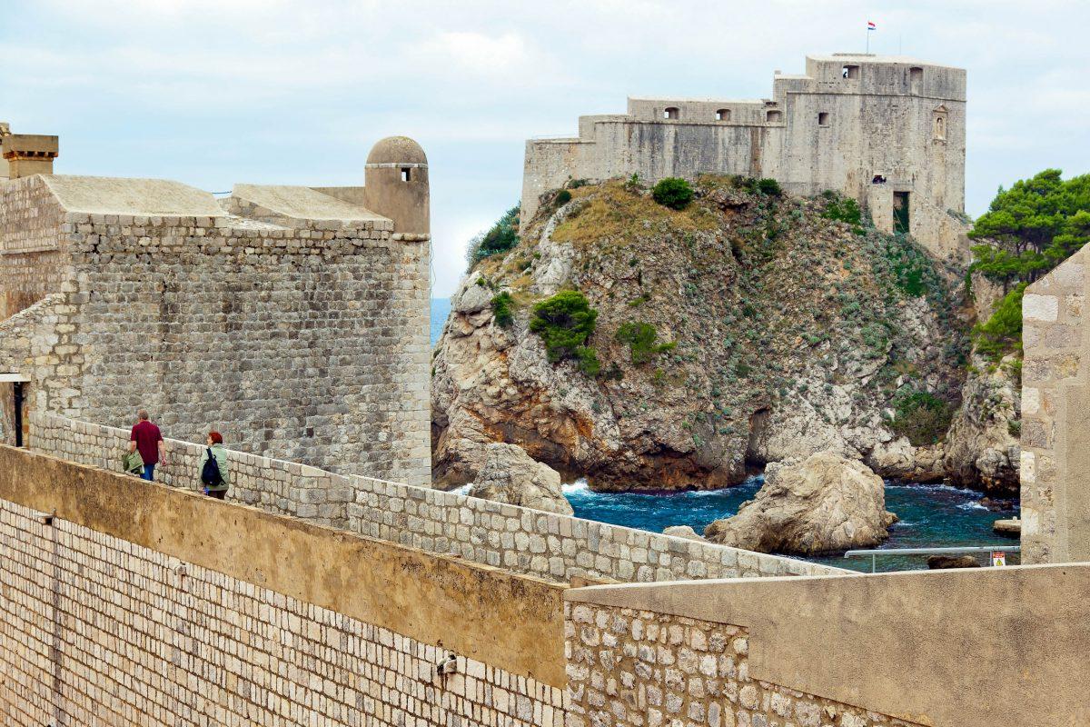 Die gesamte Altstadt von Dubrovnik wird von einer knapp 2km langen Stadtmauer umgeben, die das besterhaltene Befestigungssystem in Europa ist, Kroatien - © Gina Sanders / Fotolia