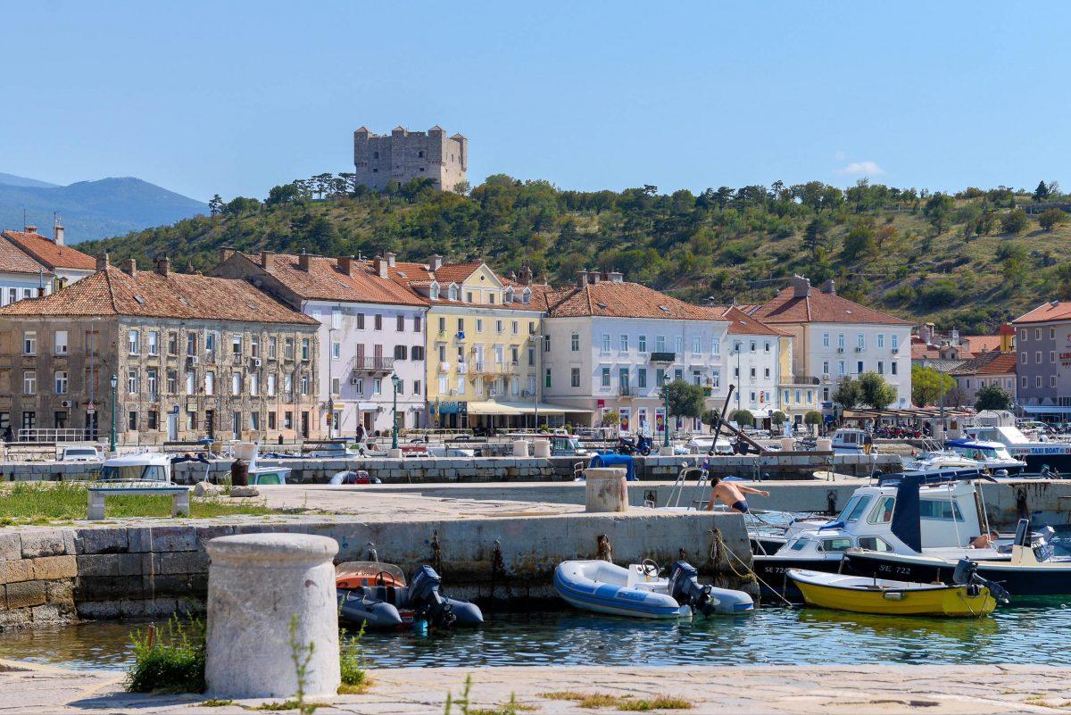 Die geschichtsträchtige Ortschaft Senj ist die älteste Siedlung der oberen Adria und liegt direkt an der Küstenstraße bis nach Maslinica, Kroatien - © James Camel / franks-travelbox