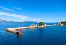 Die Hafenmauer der Ortschaft Trpanj auf der Halbinsel Pelješac in Kroatien - © FRASHO / franks-travelbox