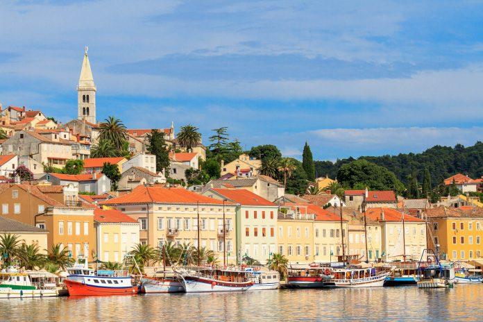 Die Insel Lošinj in Kroatien ist vor allem bei Seglern beliebt und bietet mit Wandergebieten, Stränden und schmucken Städten alles, was das Urlauberherz begehrt - © Bertl123 / Shutterstock