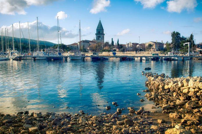 Die kleine Siedlung Osor zwischen den Inseln Cres und Lošinj war in der Antike eine bedeutende Seefahrer-Stadt, Kroatien - © Sinisa Botas / Shutterstock