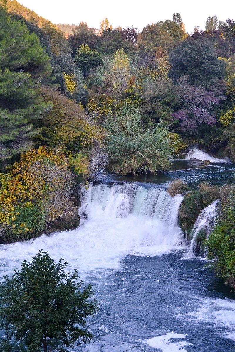 Die Krka stürzt in rauschenden Wasserfällen über eine Vielzahl von steinernen Stufen, wirft Stromschnellen und staut sich zu Seen auf, Kroatien - © FRASHO / franks-travelbox
