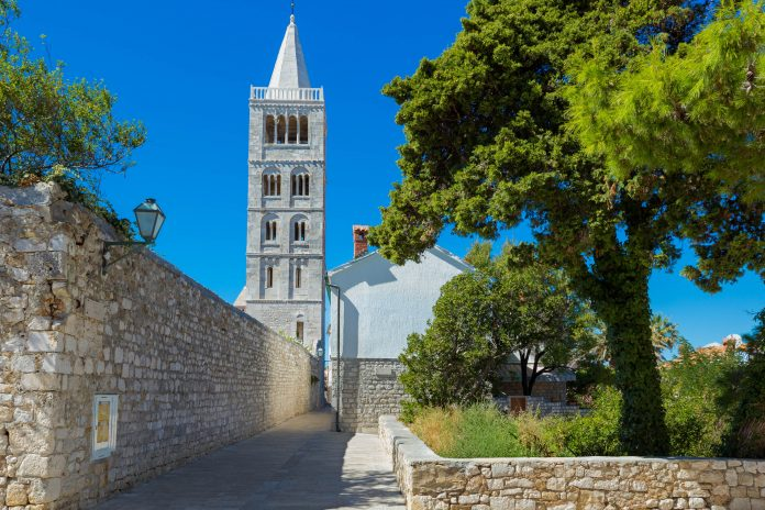 Die malerische Inselhauptstadt Rab Stadt ist eines der Aushängeschilder für traumhafte Urlaubsziele in Kroatien - © fisfra / Shutterstock