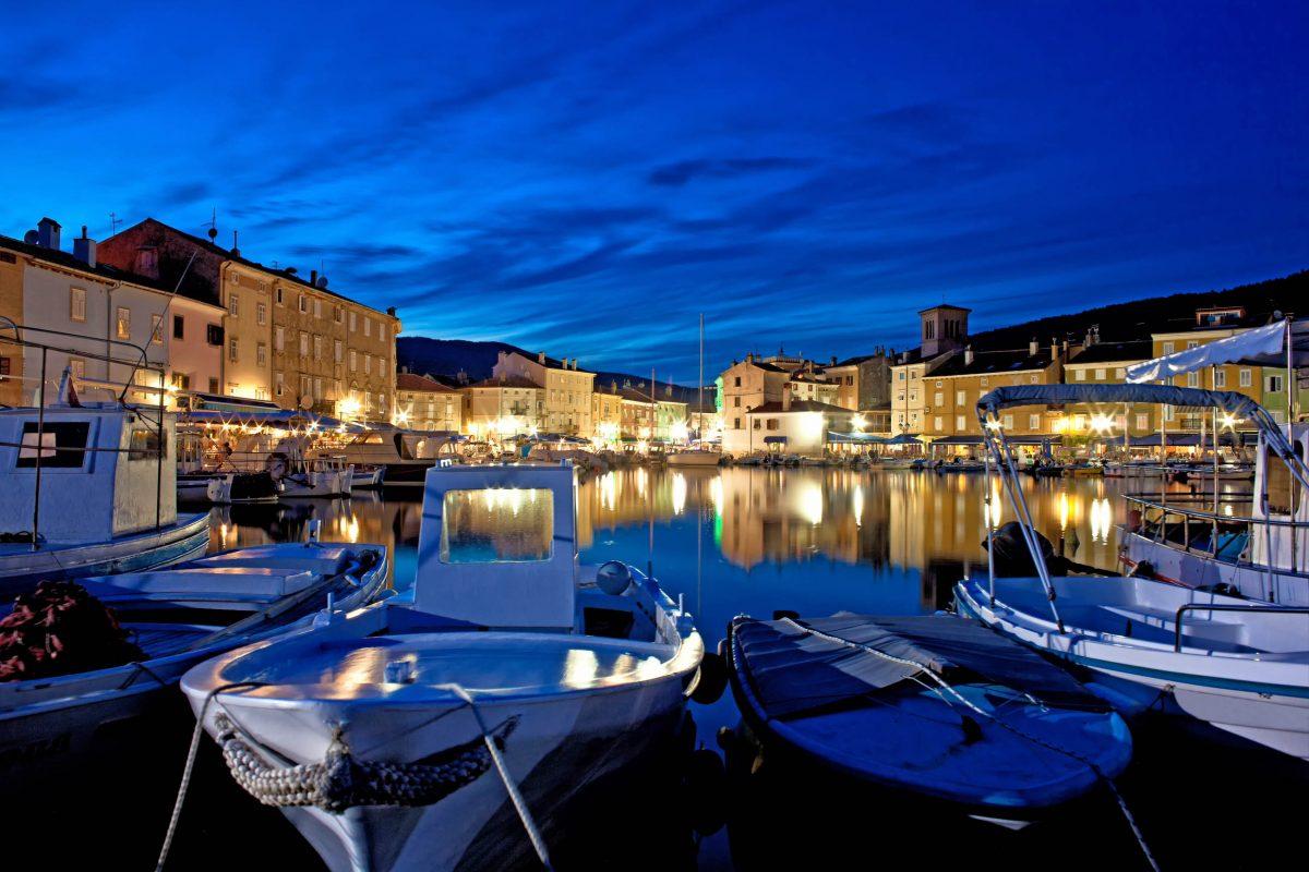 Die Marina von Cres Stadt wurde mit der Blauen Flagge ausgezeichnet und ist mit ihren eindrucksvollen Jachten eine Sehenswürdigkeit für sich, Kroatien - © gualtiero boffi / Shutterstock