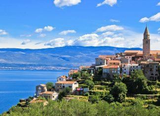 Die Ortschaft Vrbnik auf der Insel Krk, Kroatien - © xbrchx / Shutterstock