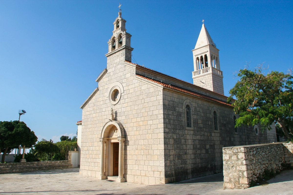 Die Pfarrkirche des Hl. Rochus liegt im alten Ortsteil von Lumbarda auf dem Hügel Velika Glavica, Korcula, Kroatien - © Zvonimir Atletic / Shutterstock
