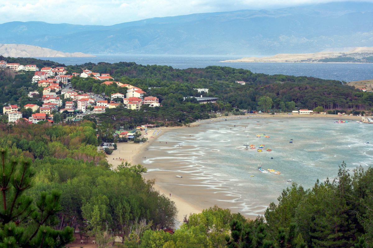 Die sichelförmige Bucht von Lopar im Norden von Rab hat einen herrlichen Sandstrand zu bieten, der keine Urlaubs-Wünsche offen lässt, Kroatien - © Olena Teslya / Shutterstock