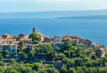 Die winzige Ortschaft Beli im Norden der Insel Cres lockt Kroatien-Urlauber vor allem mit seiner himmlischen Ruhe und fantastischen Aussicht über die Adria - © HowardPonneso / Shutterstock