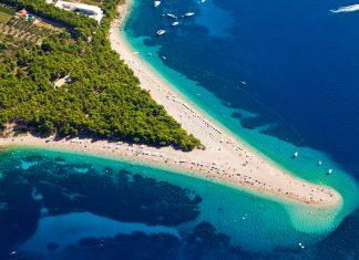 Die winzigen Kiesel des Zlatni Rat auf Brac sorgen für kristallklares Wasser und Pinienwälder für natürlichen Sonnenschutz, Kroatien - © Simone Simone / Shutterstock