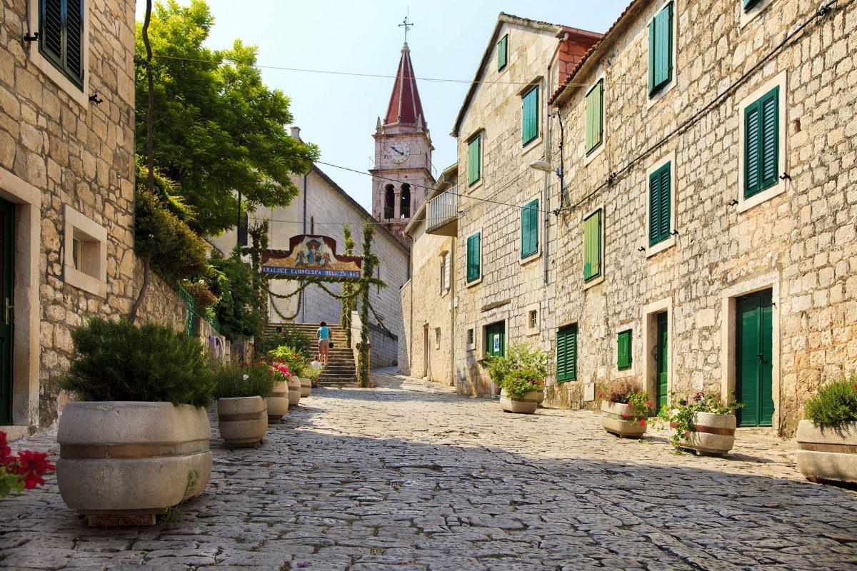 Dominikanerkloster, Marienkirche, Bischofspalast und eine Kunstgalerie gehören zu den Top Sehenswürdigkeiten von Bol auf der Insel Brac, Kroatien - © olay Vinokurov / Shutterstock