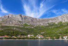 Blick vom Meer auf die Siedlung Drvenik, ein malerisches Küstendorf im Süden Dalmatiens gut 20km südlich von Makarska, Kroatien - © FRASHO / franks-travelbox