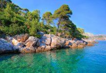 An den felsigen Badestränden der Insel Lokrum vor der Küste Kroatiens fühlen sich auch FKK-Anhänger wohl - © Kert / Shutterstock