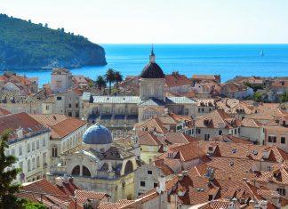 Blick über die Dächer von Dubrovnik von der Stadtmauer, im Vordergrund die Kuppel der Barockkirche Sveti Vlaho, dahinter die Kathedrale von Dubrovnik, Kroatien - © FRASHO / franks-travelbox