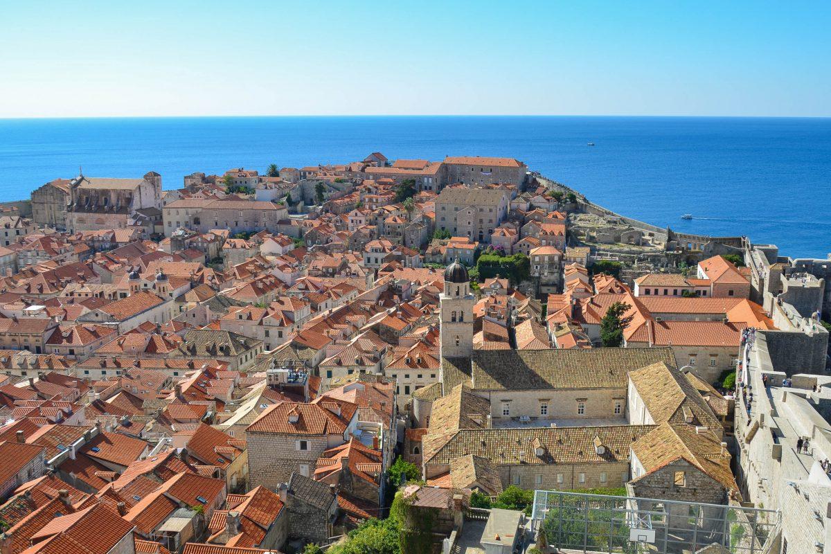 Blick von der Bokar-Festung aus dem Jahr 1463 über die Altstadt von Dubrovnik, rechts sieht man sehr schön den Verlauf der Stadtmauer, Kroatien - © FRASHO / franks-travelbox