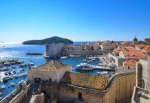 Blick von der Stadtmauer von Dubrovnik auf den alten Hafen, Kroatien - © FRASHO / franks-travelbox
