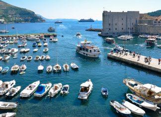 Der alte Hafen in Dubrovnik ist noch immer in Verwendung und so können Fischerboote und Segeljachten beim Ein- und Auslaufen beobachtet werden, Kroatien - © FRASHO / franks-travelbox