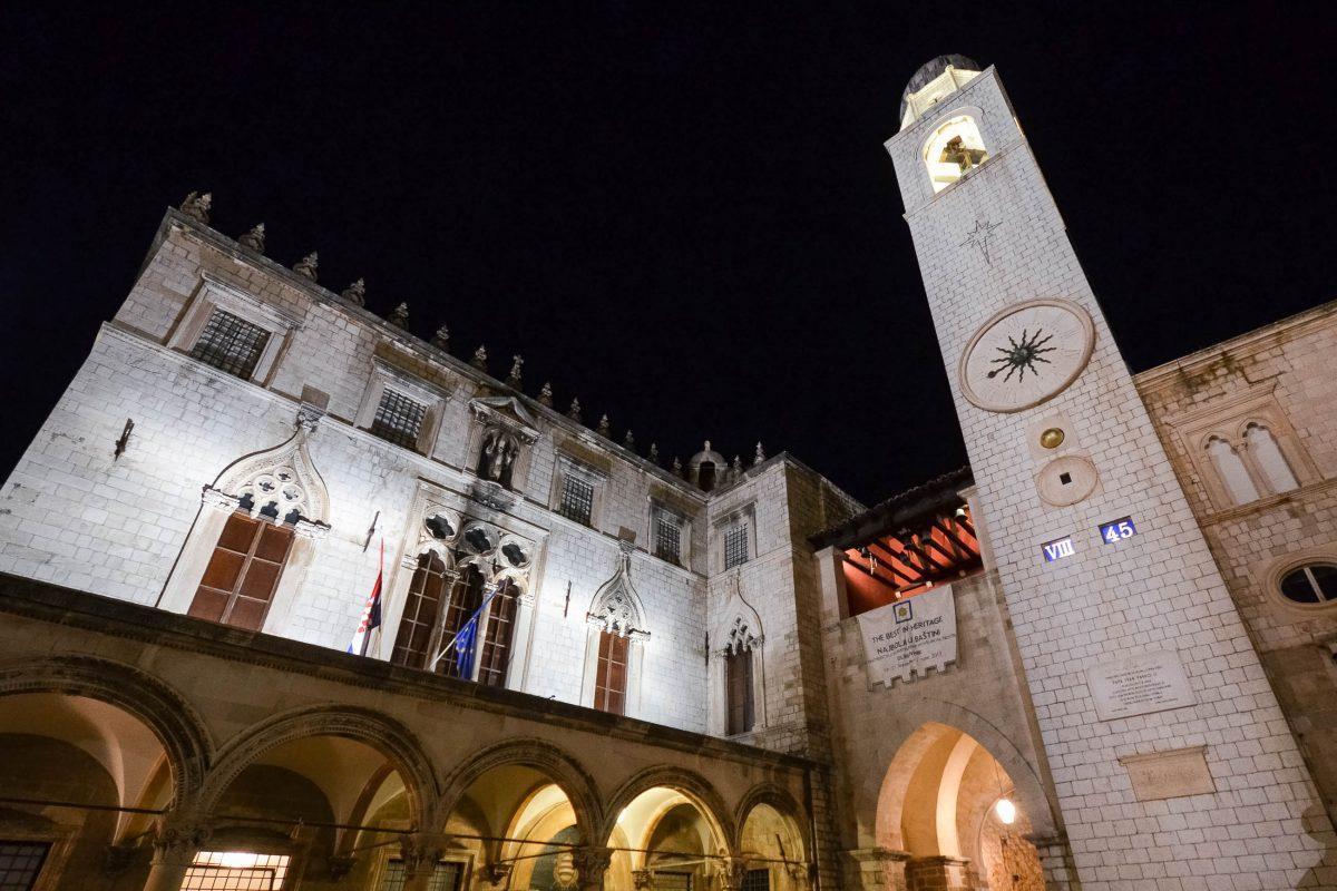 Der beleuchtete Sponza-Palast in der Altstadt von Dubrovnik, gleich daneben der Uhrturm, Kroatien - © FRASHO / franks-travelbox