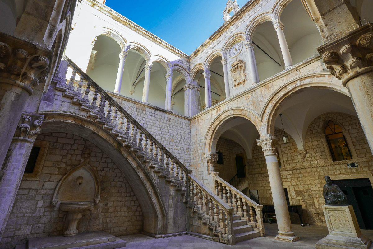 Der mit wunderbaren Arkaden dekorierte Innenhof des Rektorenpalastes mit einem Springbrunnen aus dem 15. Jahrhundert und einer Büste des wohlhabenden Dubrovnik-Gönners Miho Pracat, Kroatien - © FRASHO / franks-travelbox