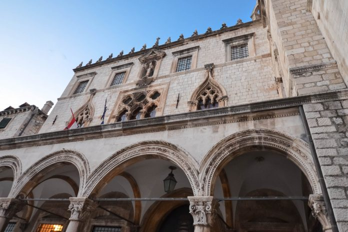 Der Sponza-Palast stammt aus dem 16. Jahrhundert und ist eines der wenigen Bauwerke, die das Erdbeben von 1667 in Dubrovnik überstanden haben, Kroatien - © FRASHO / franks-travelbox