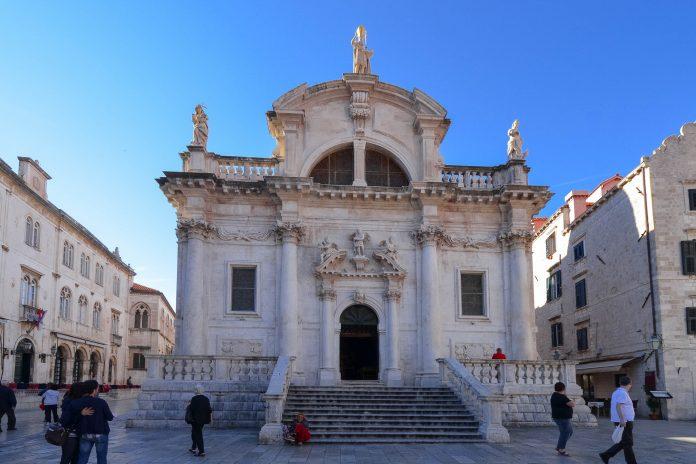 Die Barockkirche Sveti Vlaho mit ihrer breiten Freitreppe in Dubrovnik, wurde im 18. Jh. nach einem Brand auf den Resten einer früheren Kirche erbaut, Kroatien - © FRASHO / franks-travelbox