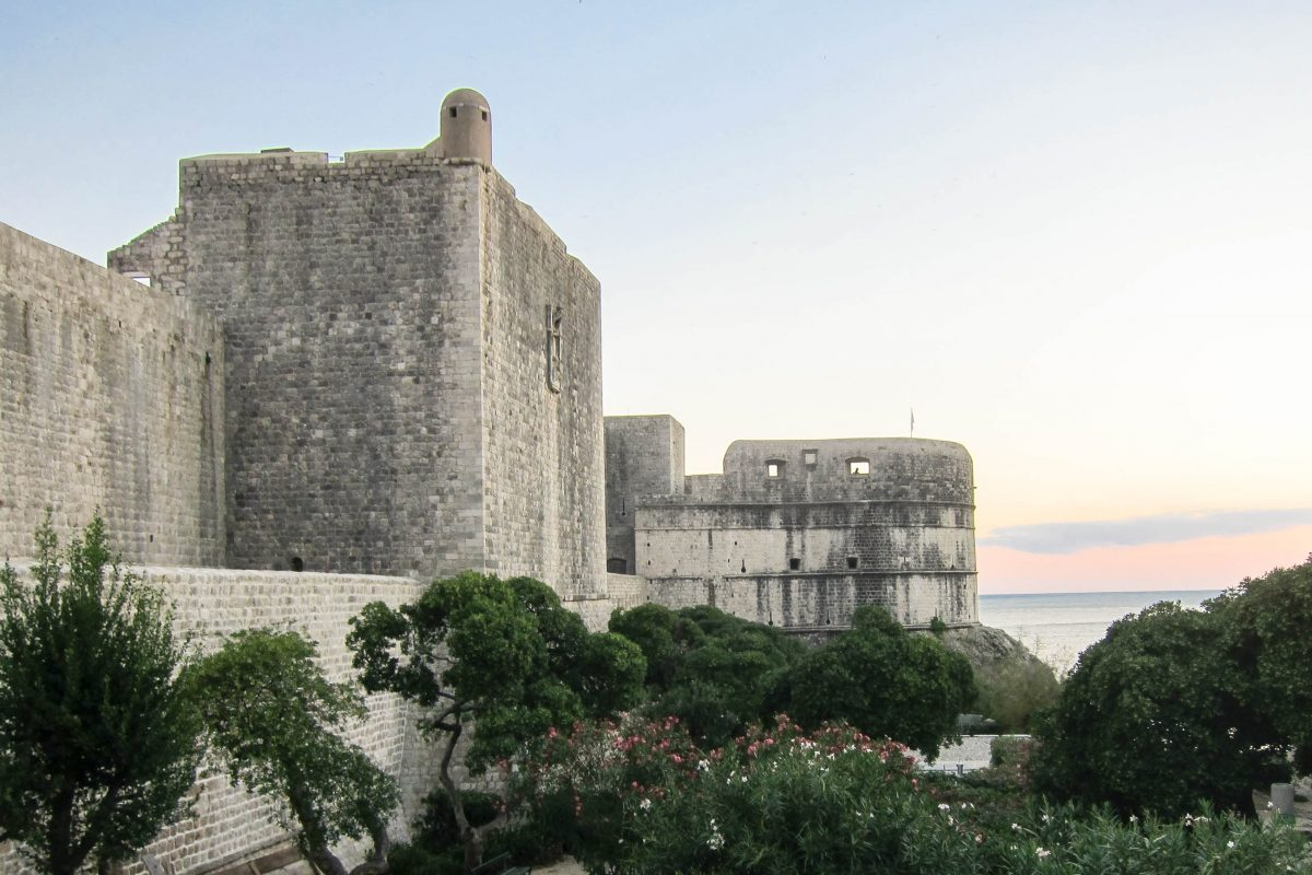Die historische Stadtmauer von Dubrovnik im südlichen Kroatien ist wohl die größte Attraktion der kroatischen Küstenstadt - © FRASHO / franks-travelbox