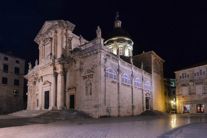 Die monumentale Kathedrale von Dubrovnik thront auf dem Poljana Marina Držića, Kroatien - © FRASHO / franks-travelbox