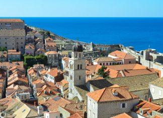 Die Stadtmauer von Dubrovnik ist fast 2km lang, bis zu 6m dick und bis zu 25m hoch und bietet einen spektakulären Ausblick über Dubrovniks Altstadt, den Hafen und das Meer, Kroatien - © FRASHO / franks-travelbox