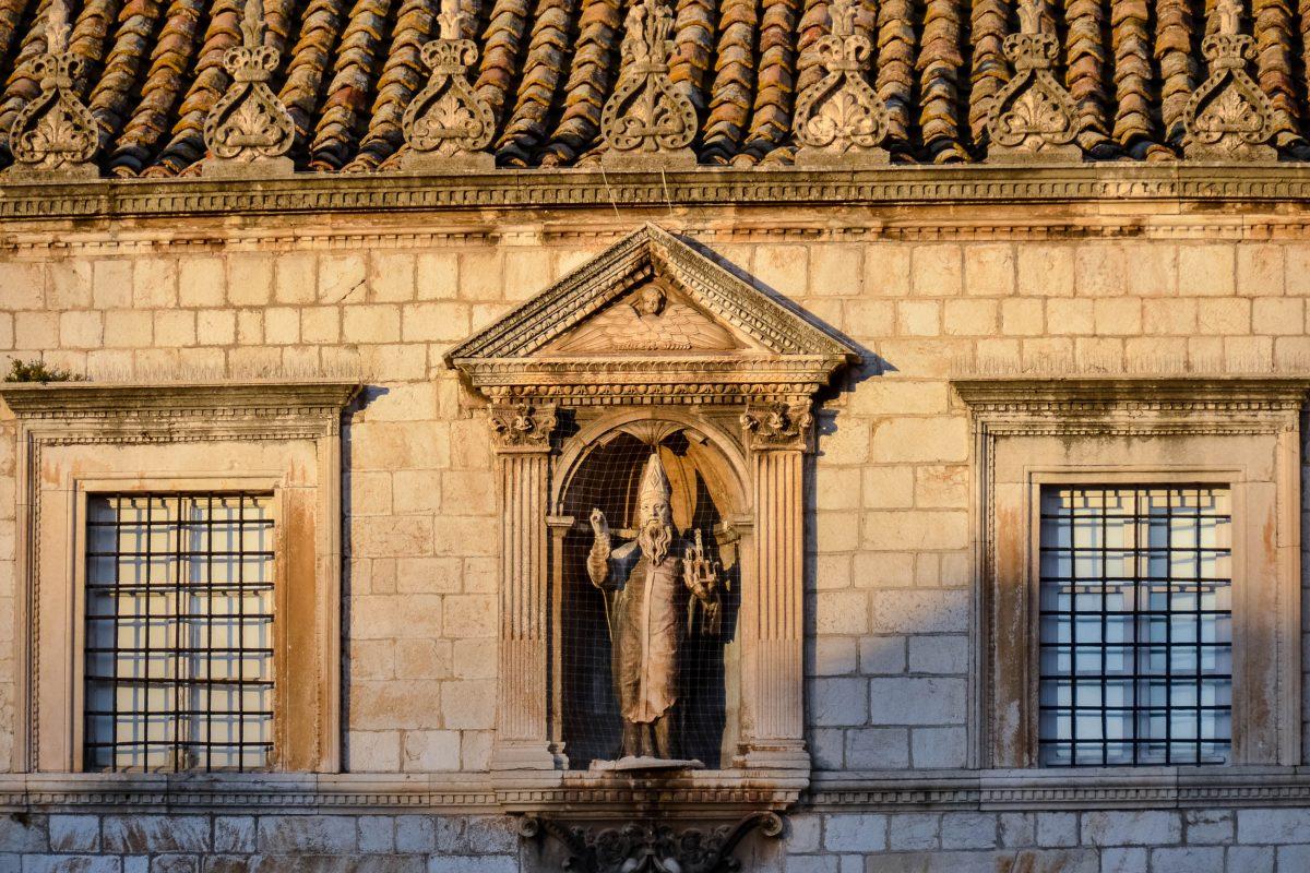 Die Statue des Hl. Blasius - dem Stadtpatron - an der reich verzierten Fassade des Sponza-Palastes in Dubrovnik, Kroatien - © FRASHO / franks-travelbox