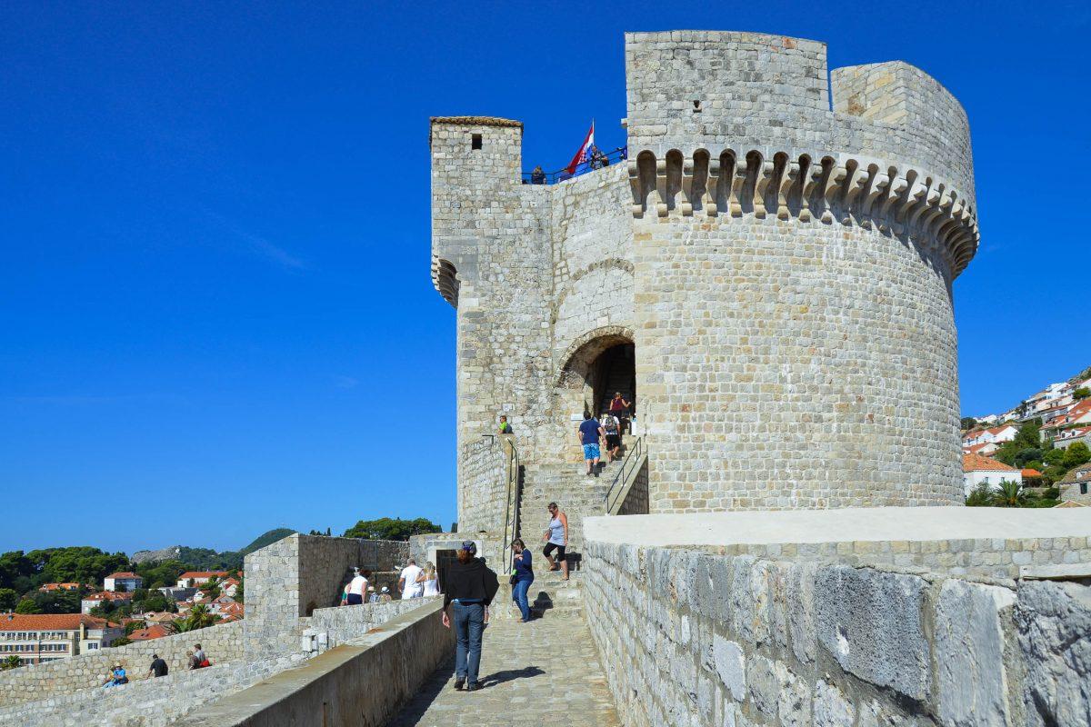 Die zweistöckige Bokar-Festung wird oft als schönstes Bollwerk der Stadtmauer von Dubrovnik bezeichnet; Kernaufgabe war die Verteidigung des Haupttores, der Brücke und des Grabens, Kroatien - © FRASHO / franks-travelbox