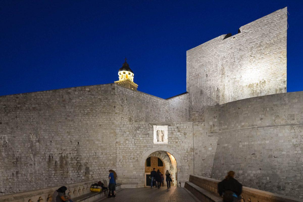 Durch das Pila-Tor strömen die meisten Besucher in die Altstadt von Dubrovnik und auf die Stadtmauern. Es wird von einer Skulptur des Stadtheiligen Sankt Blasius (Sveti Vlaho) bewacht, Kroatien - © FRASHO / franks-travelbox