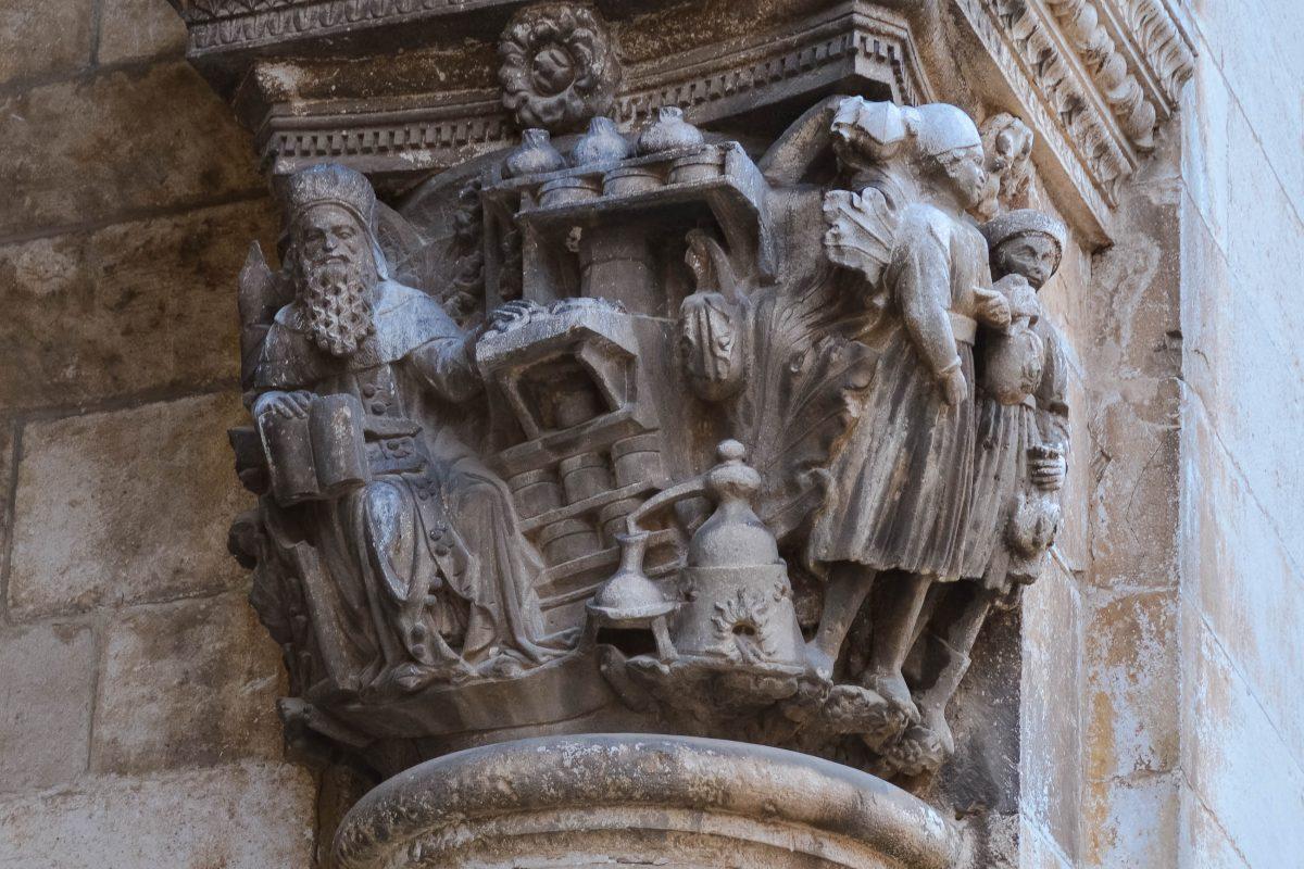 Eines der vielen Details an der prachtvollen Außenfassade des Rektorenpalastes in der Altstadt von Dubrovnik, Kroatien - © FRASHO / franks-travelbox