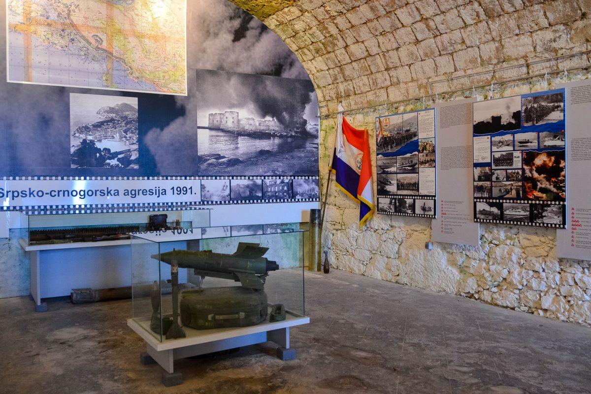 In der Ruine des Fort Imperial erzählt eine Ausstellung mit Waffen, Fotografien und Landkarten die Geschichte des Jugoslawien-Krieges von 1991 bis 1995, Kroatien - © FRASHO / franks-travelbox