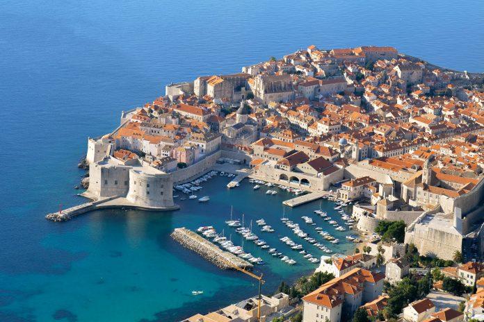 Panoramablick auf Dubrovnik, gut zu sehen ist der alte Hafen, Kroatien - © FRASHO / franks-travelbox