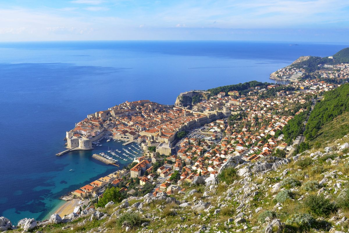 Überwältigender Ausblick über das ziegelrote Dächermeer Dubrovniks und die Adria von der Bergstraße auf den Sergiusberg, Kroatien - © FRASHO / franks-travelbox