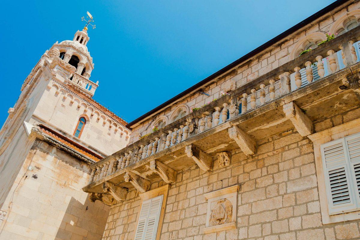 Ebenso markant wie die historische Stadtmauer von Korcula präsentiert sich der Glockenturm der Kathedrale Sveti Marko, Kroatien - © kviktor / Shutterstock