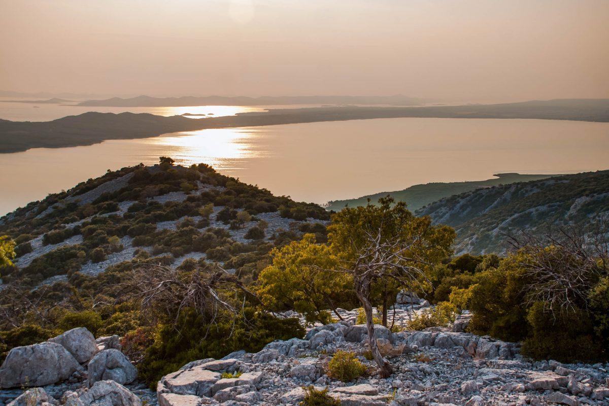 Eine 40km langen Straße um den Vrana See führt durch kühle Kiefernwälder und zu unvergesslichen Aussichtspunkten, Kroatien - © Michal Dziedziak / Shutterstock