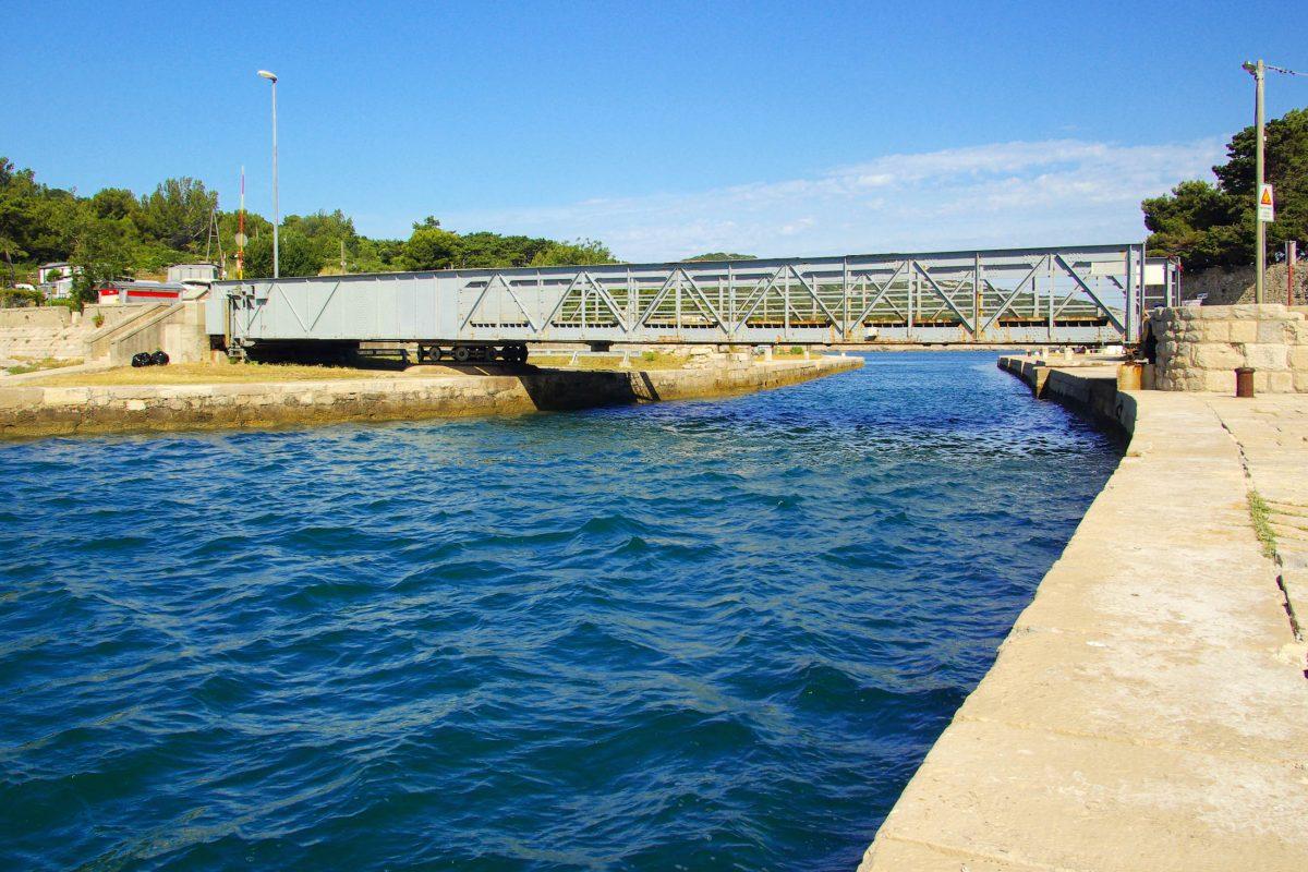 Eine rund 10 Meter lange Brücke über den Kavada Kanal verbindet die beiden Inseln Cres und Lošinj, Kroatien - © LianeM / Shutterstock