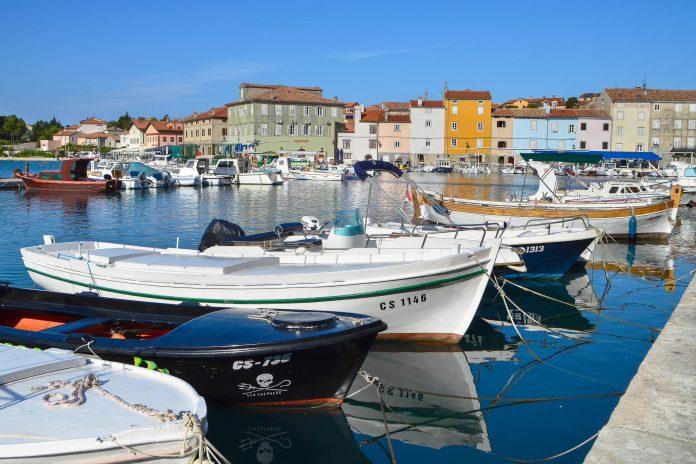 Eingebettet in eine geschützte Bucht im nördlichen Teil der Insel Cres zählt Cres Stadt zu den beliebtesten Urlaubszielen in der Kvarner Bucht, Kroatien - © Dimitrina Lavchieva / Shutterstock