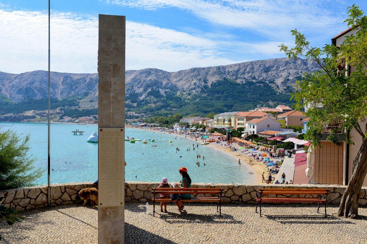 Gemauerte Aussichtspunkte eröffnen immer wieder herrliche Panoramen über das bunte Treiben am Strand von Baska, Krk, Kroatien - © James Camel / franks-travelbox
