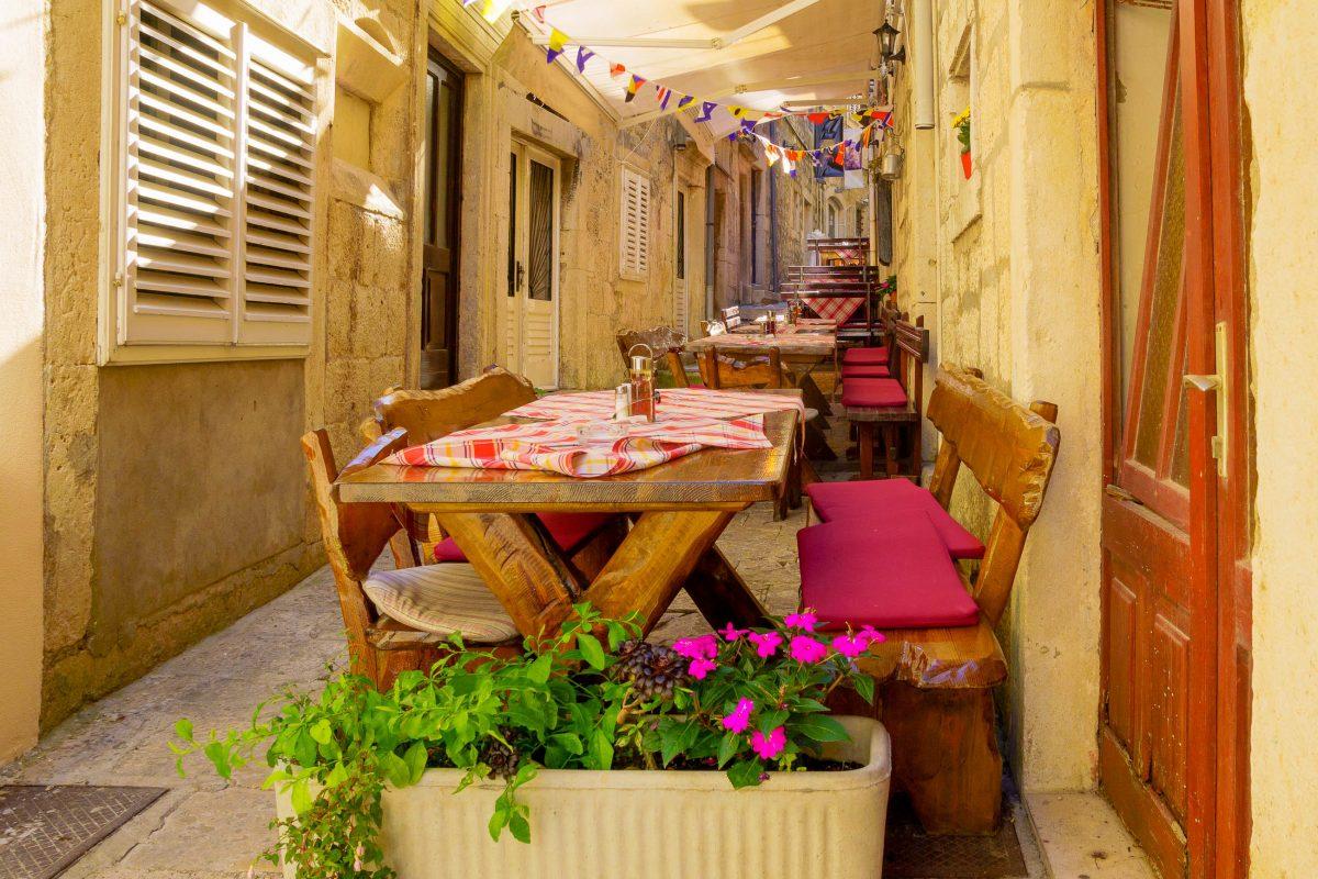 Gemütliche Restaurants und sorgsam gepflegte Ferienhäuser bieten alle Annehmlichkeiten für einen Urlaub auf Korcula, Kroatien - © RnDmS / Shutterstock