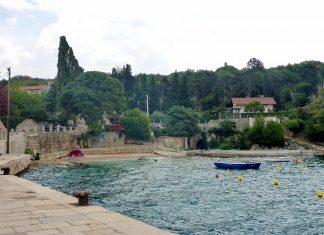 Das winzige Fischerdorf Glavotok auf der Insel Krk, Kroatien, besteht aus etwa zehn Häusern und wird kaum von Touristen besucht - © Lila Pharao / franks-travelbox