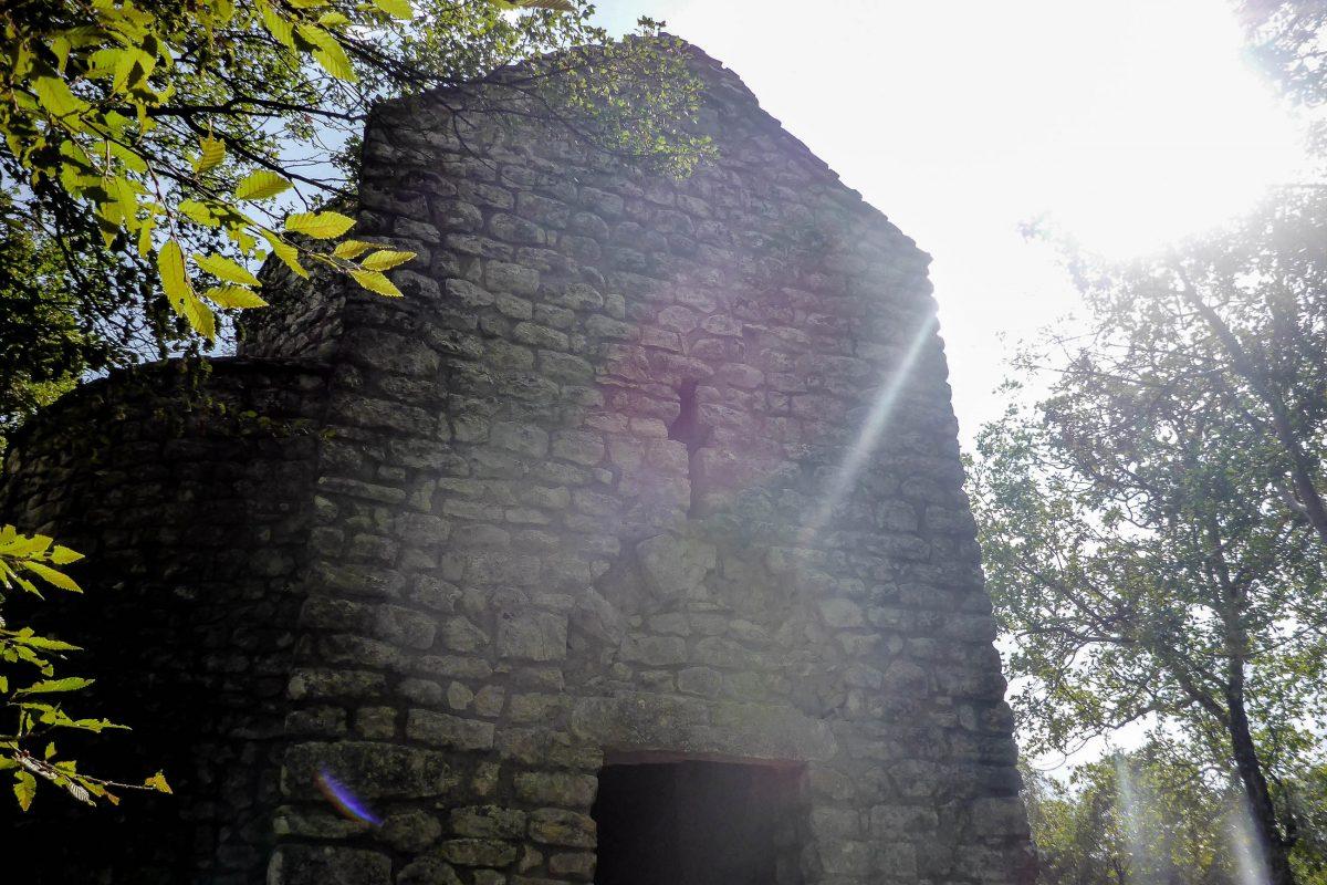 Die Seekapelle Sveti Krševan bei Glavotok auf der Insel Krk ist eine der beiden letzten ihrer Art, die in Kroatien noch existieren - © Lila Pharao / franks-travelbox