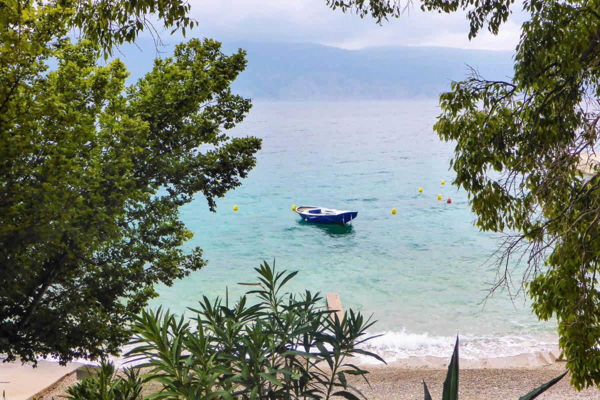 Die wenigen Boote, die entlang der Küste von Glavotok auf Krk unterwegs sind, stören die Idylle keineswegs, Kroatien - © Lila Pharao / franks-travelbox
